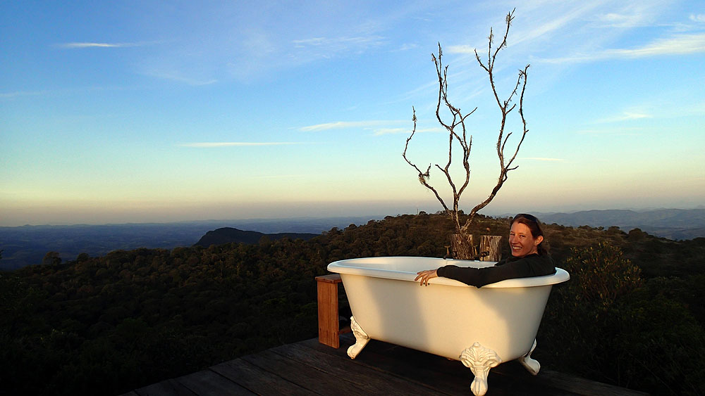 BR0519NR0489_ibitipoca-eagles-nest-outside-bath-with-a-view.jpg [© Last Frontiers Ltd]